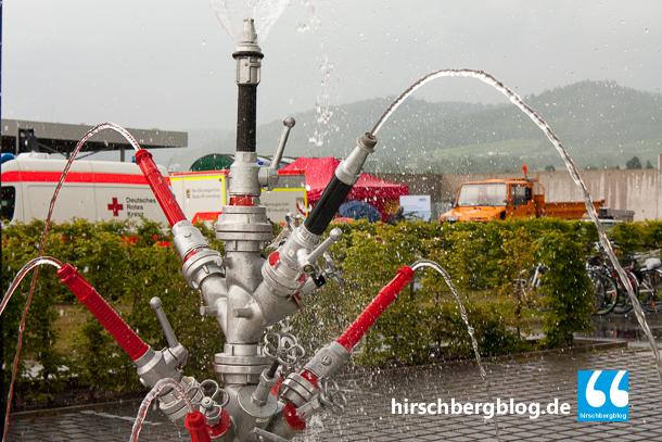 Ein Bauwerk der Jugendfeuerwehr: Ein Springbrunnen aus Löschwerkzeug.