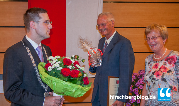 43 Jahre lang war Peter Johe Gemeinderat der Freien Wähler. An vielen Orten in der Gemeinde sei seine Handschrift zu finden. Seine Ehefrau Rosemarie Johe überreichte Herr Just zum Dank Blumen.