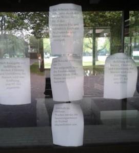 Die Informationen zur Sanierung und zur Eröffnung sind an der Kasse des Freibades ausgehängt. Foto: Ladenburgblog.