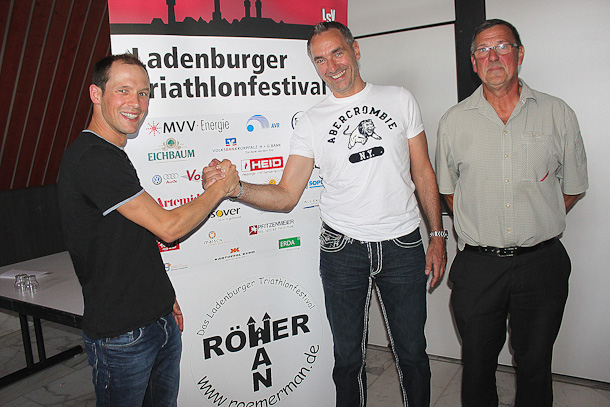 Patrick Lange (l.) will den 19. RömerMan gewinnen. Dessen sportlicher Leiter, Jürgen Hilberath (M.), und Gesamtorganisator Günter Bläß wünschen ihm Glück.