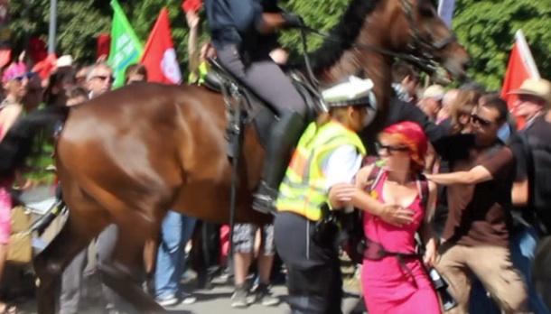 Brenzlige Situation aus Unvernunft - Aktivisten provozieren Polizei.