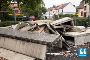 Die Fertigteile der abgerissenen Fassade sollen bis zum Altstadtfest abtransportiert sein.