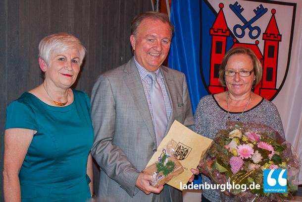 Bürgermeister Rainer Ziegler wurde von Gudrun Ruster (Freie Wähler. links) für 40 Jahre im öffentlichen Dienst geehrt. Er bedankte sich vor allem bei seiner Frau Helga (rechts).