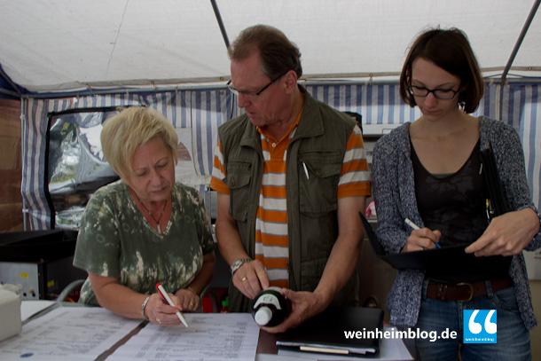 Helmut Walter(Mitte) vom Veterinäramt bei einem letztem Kontrollgang über die Kerwe